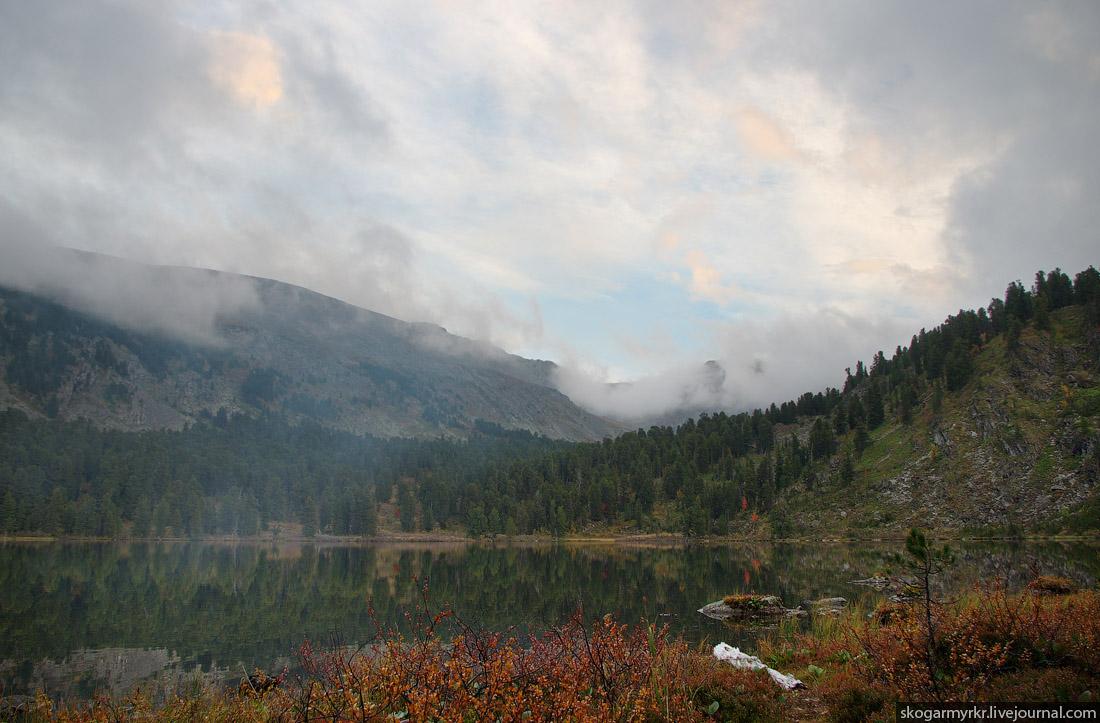пятое Каракольское озеро в тумане на закате Алтай фото