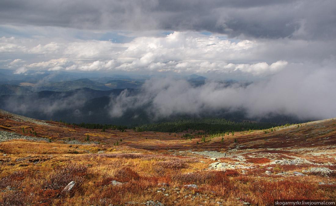 предгорные хребты сквозь туман с перевала Багаташ над Каракольскими озёрами, Горный Алтай фото