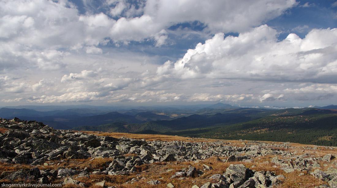 перевал Багаташ над Каракольскими озёрами, предгорья внизу, Горный Алтай фото