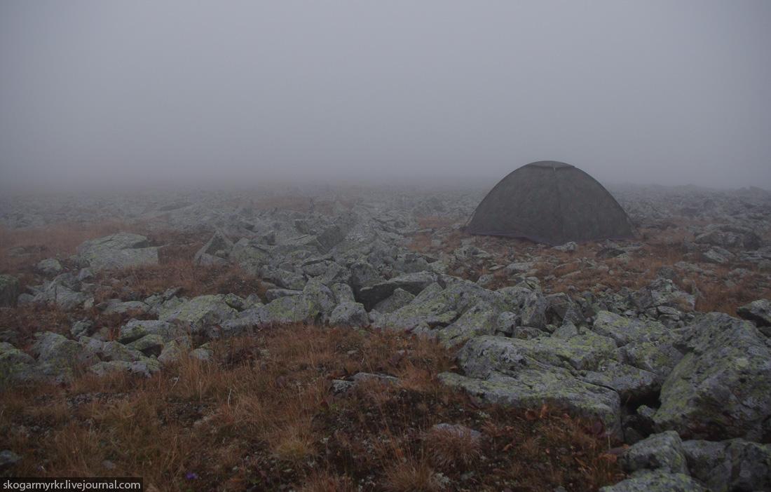 ночёвка в палатке на перевале Багаташ осенью, Горный Алтай фото