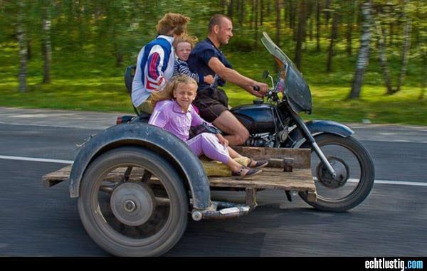gefaehrlicher-familienausflug-auf-dem-motorrad