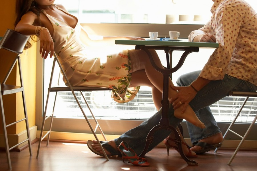 целует ноги в колготках фото