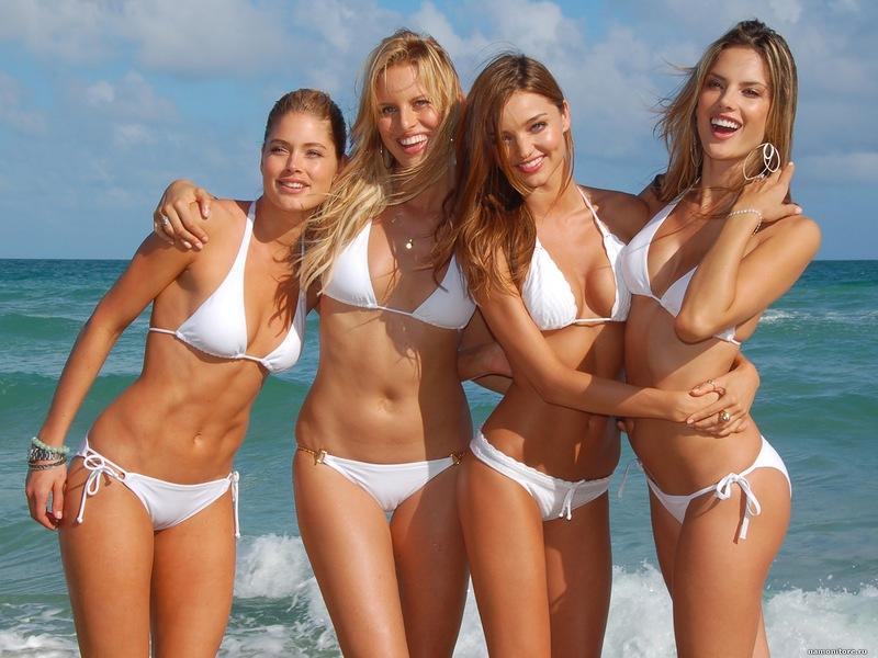 частное фото девушек в купальниках на море