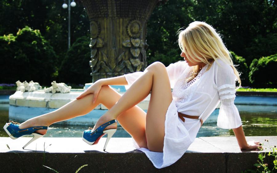 фото девушка сидит в короткой юбке