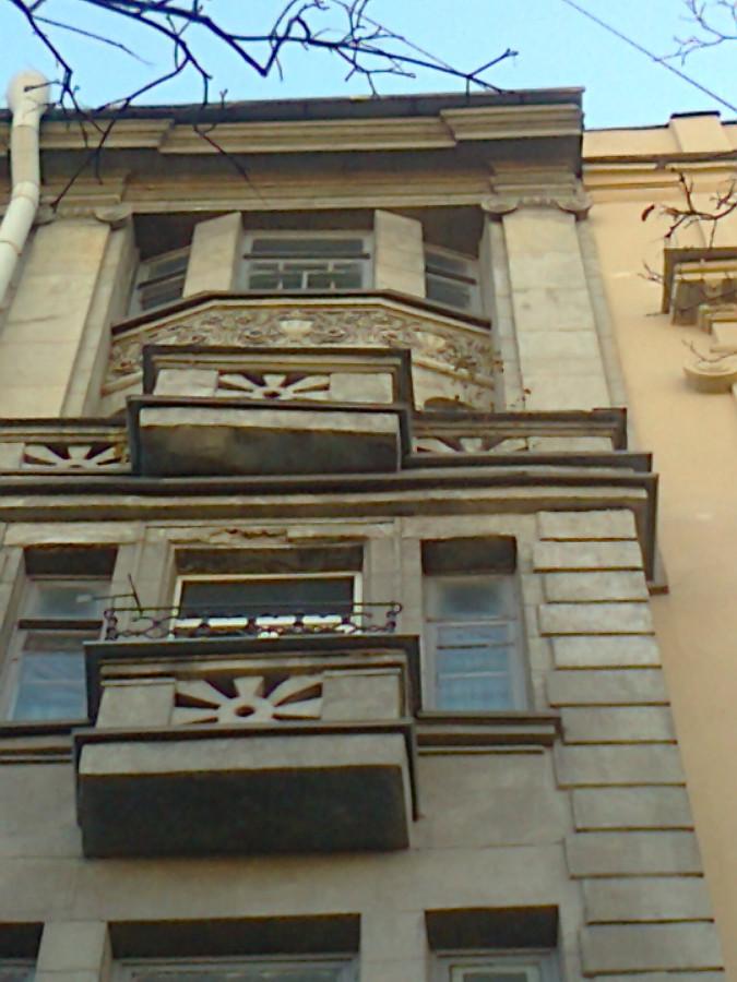 фасад и два дерева