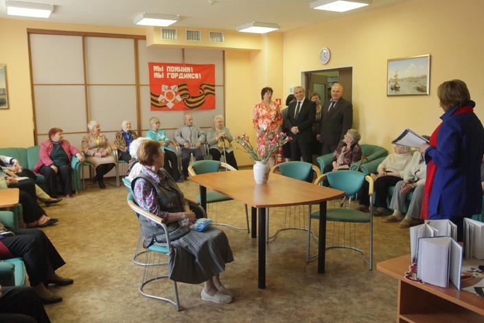 Миненко и Кубракова с пенсионерами.JPG