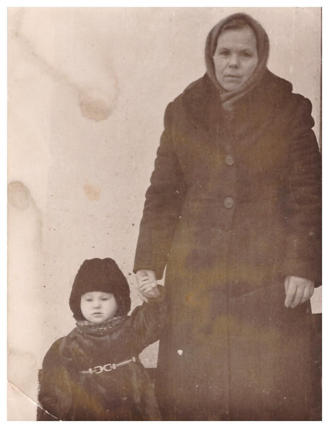 Фото Миненко В.А. и его бабушки.jpg
