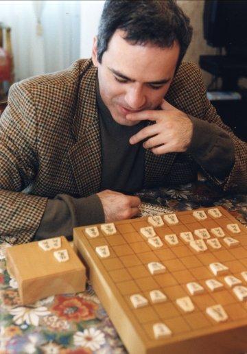 Гарри Каспаров знакомится с сёги.