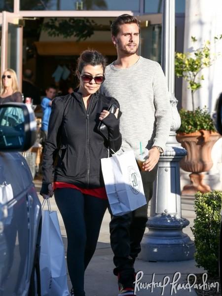Kourtney-Kardashian-Scott-Disick-Last-Minute-Shopping-Valentines-Gifts-007-675x900