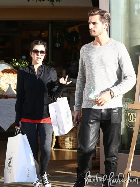 Kourtney-Kardashian-Scott-Disick-Last-Minute-Shopping-Valentines-Gifts-005-675x900
