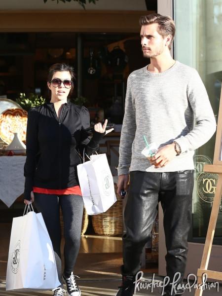 Kourtney-Kardashian-Scott-Disick-Last-Minute-Shopping-Valentines-Gifts-005-675x900