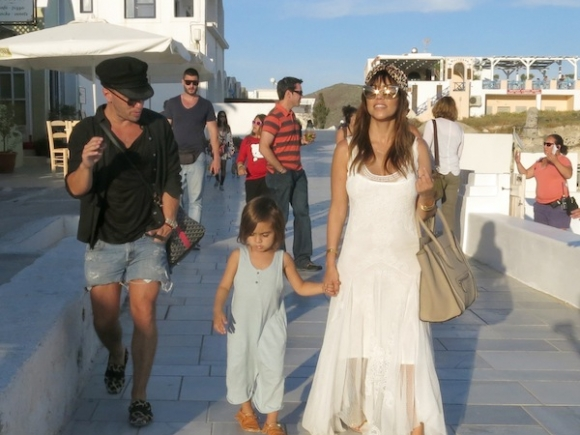 Kourtney-Kardashian-Johnny-Was-Dress-In-Santorini-5-580x435