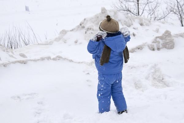 Ребенок-играет-в-снегу-1270549132_94