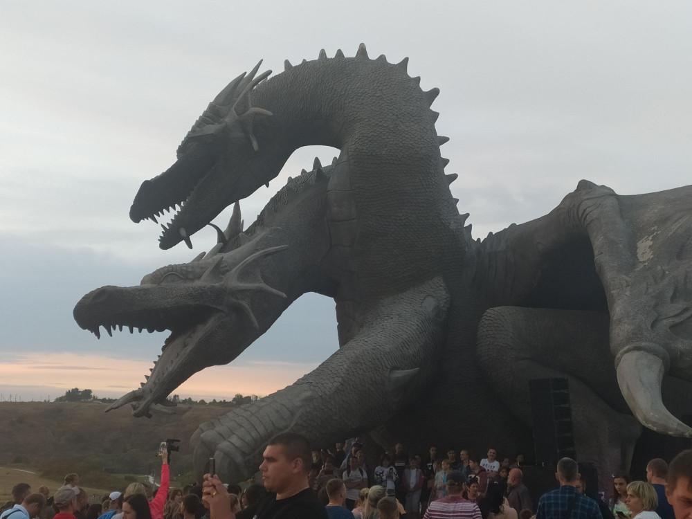 А вот и дракон, ради которого мы сюда и ехали, так как ни разу не видели как он испускает огонь 😒