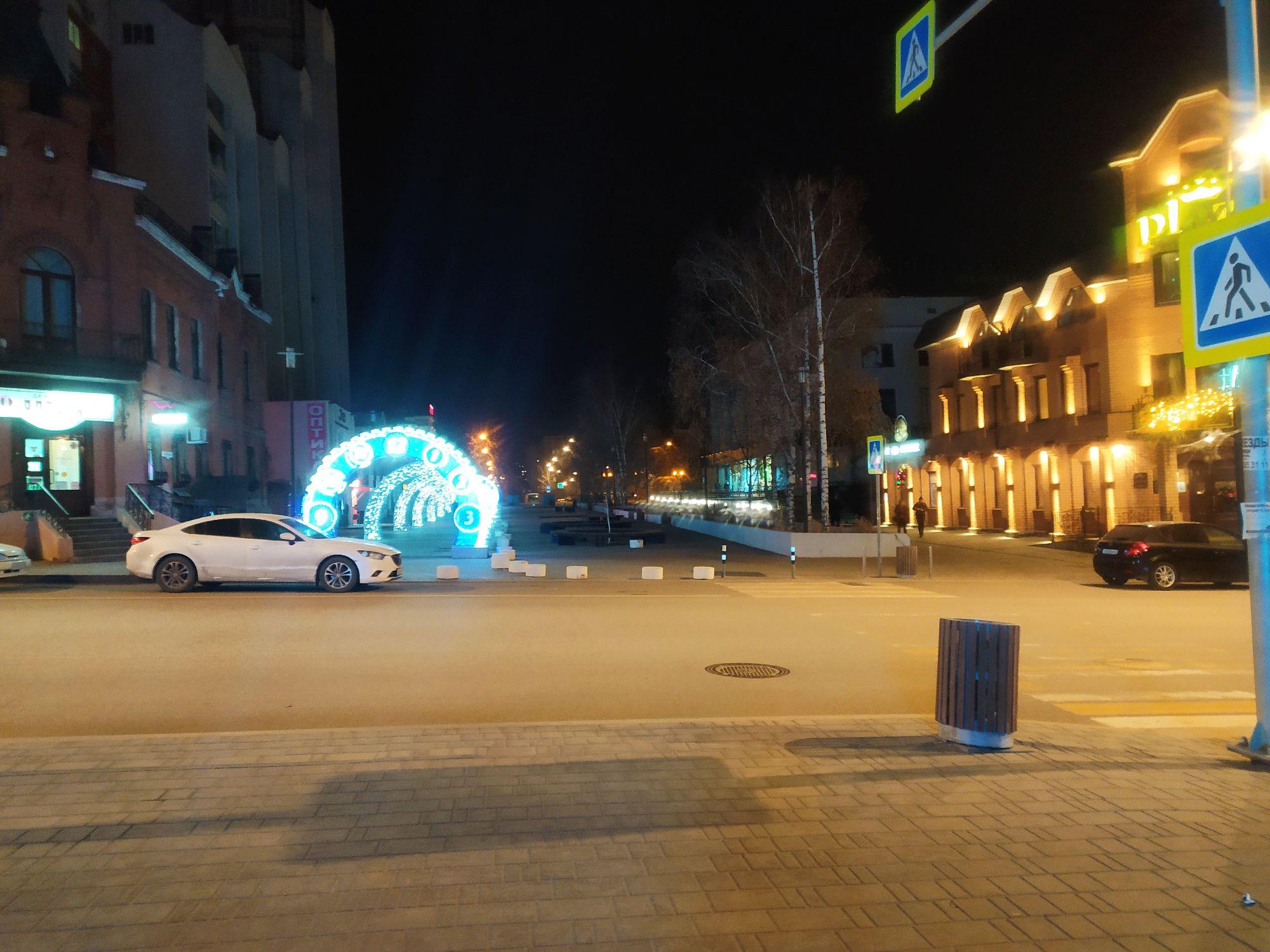 Новогодние часики рядом с отелем Plaza на Первомайской- каждый год они на этом месте перед Новым годом.