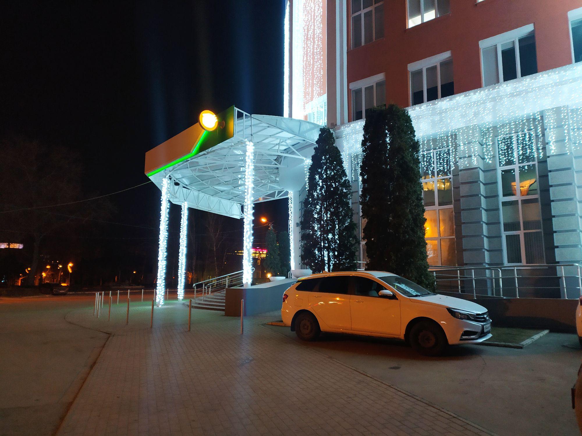 Само здание украшено неплохо, горит как на новогодняя гирлянда, освещая всю улицу... Но вот елка... Как бы это по мягче сказать....