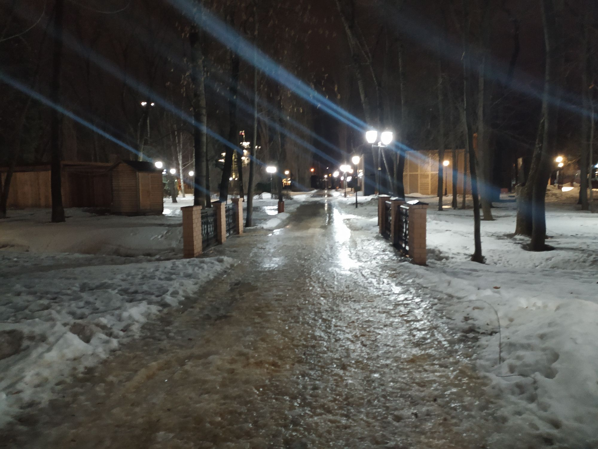 Март 2021 Нижний парк Липецк. Не много посыпано песком, но не везде. Все равно скользко и без шипов на ботинках не пройти!