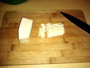 Нарезаем сыр в на фото пекорино романо