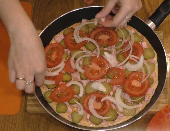 Ингредиенты для пиццы в сковороде