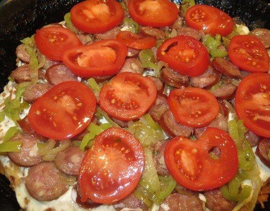 Формирование картофельной пиццы на сковороде