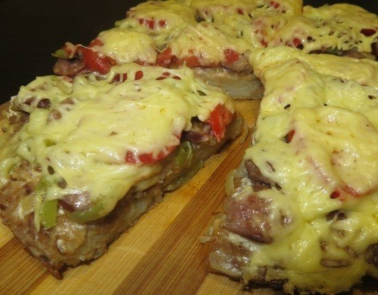 Овощная пицца на деревянной доске