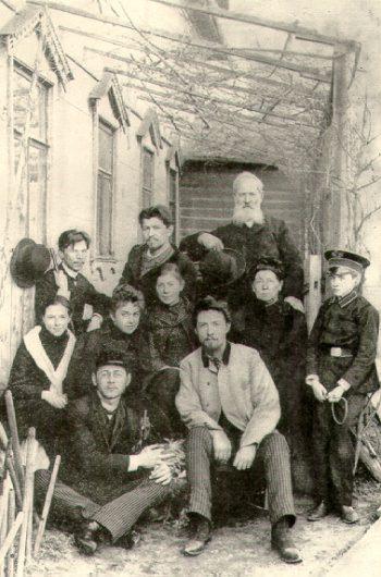 Перед объездом на Сахалин — с семьей и друзьями. Рядом с Чеховым слева — Лика