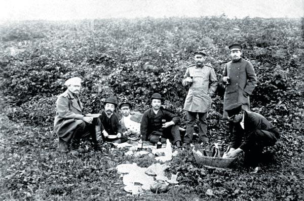 Пикник на Сахалине. Чехов стоит справа