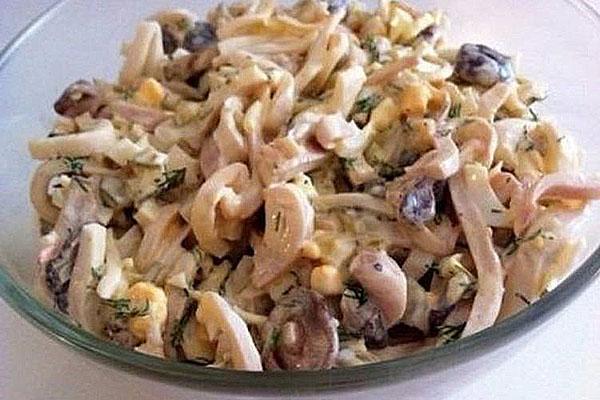 Для праздничного или даже для повседневного стола прекрасным дополнением служит салат с кальмарами и грибами или нежные фаршированные тушки кальмаров