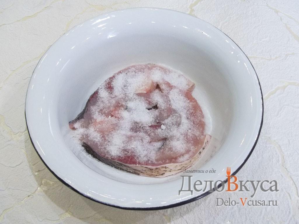 Маринованный толстолобик: Засыпать рыбу солью и сахаром
