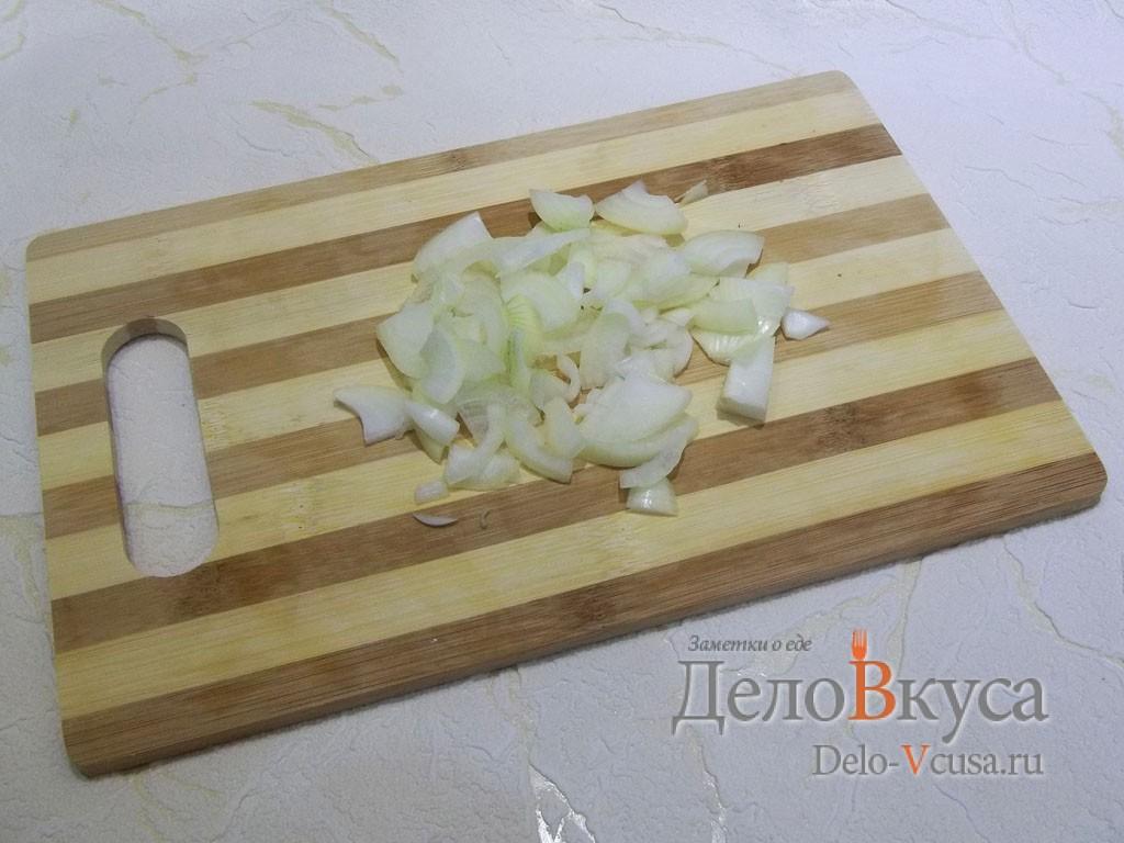 Маринованный толстолобик: Порезать лук