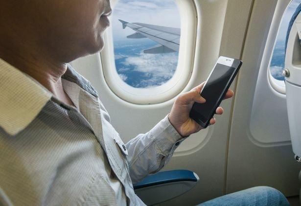 2. Почему просят отключить мобильные телефоны при взлёте и посадке? Что будет, если оставить его включённым? вопросы, интересно, люди, пилот, познавательно, самолет, факты