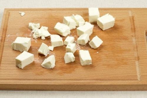 Порежьте сыр. Классический рецепт как приготовить греческий салат