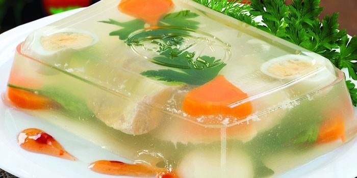 Рыбное заливное из судака на блюде