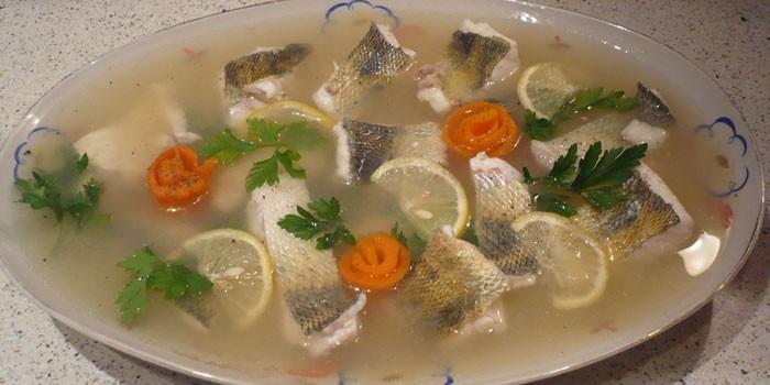 Рыбное заливное с кусочками судака в блюде