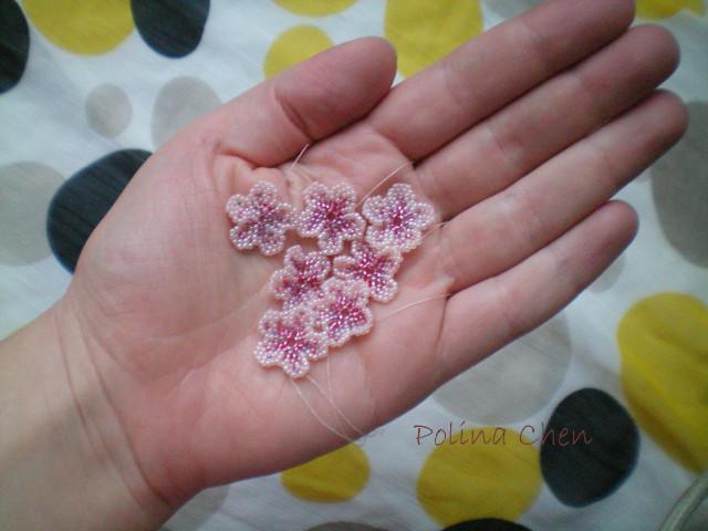 Миленькие цветочки из бисера