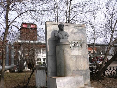 В городе Краснокамске Владимир Ленин - зимний, за его спиной служба 01