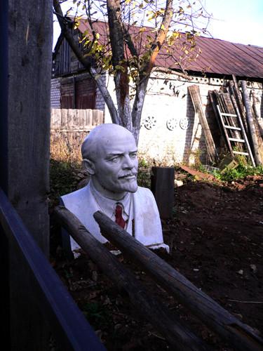 Бюст Ленина - в подворотне..