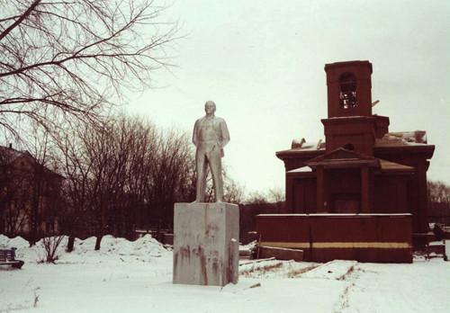 п. Уральский. за спиной Ленина строили новый православный храм