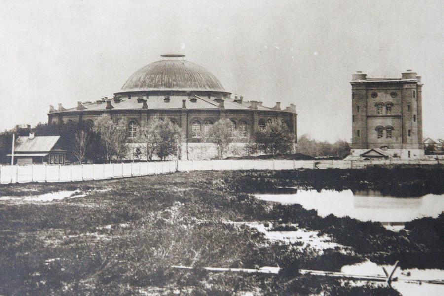 1280px-Фото_кругового_депо_и_водонапорной_башни_в_Москве._1850-е_годы