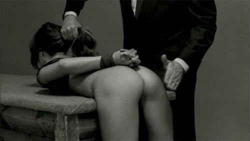женщины шлепают мужчин по попе фото