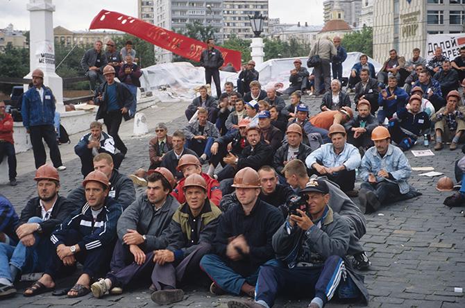 Пролетариат РФ колотит касками на Горбатом мосту, если кто не помнит...