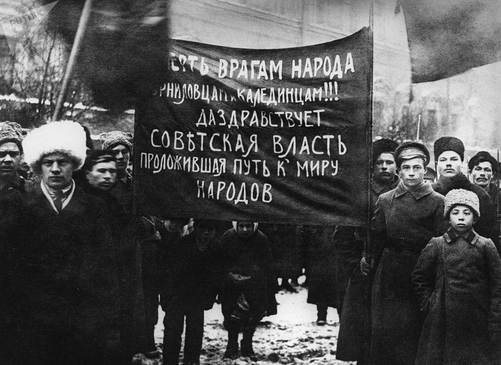 Русский пролетариат отстаивает Советскую власть в боях и лишениях.