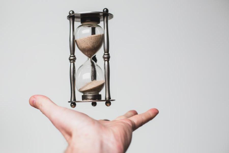 hourglass-time-flies_925x.jpg