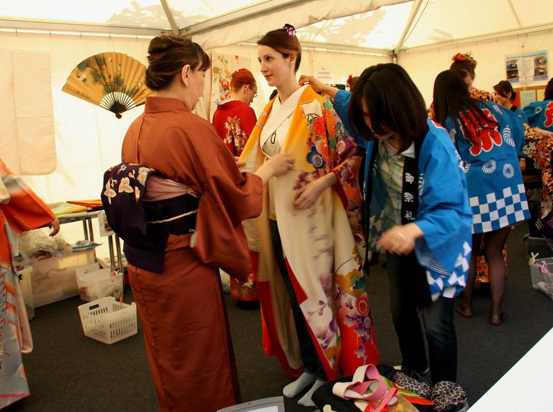 Нарядят в кимоно