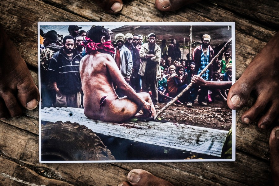 пытки женщин в лесу