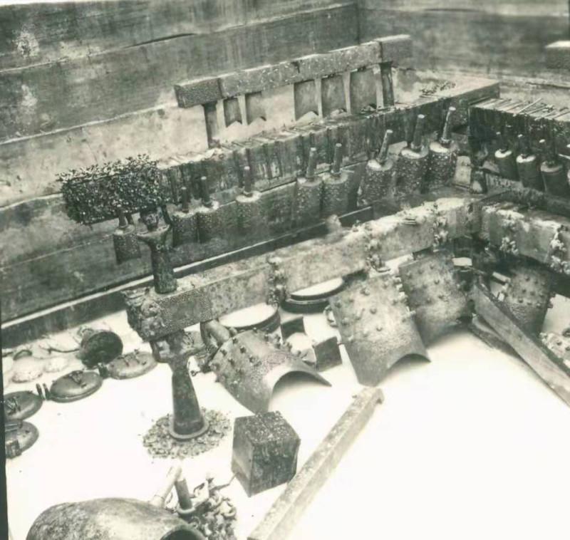 Zhong bell set in Zenghou Yi tomb during excavation. Набор колоколов чжун в гробнице Цзэнхоу И во время раскопок
