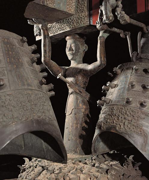 Sculpture of the Zenghou Yi Chime Bells, the bronze warrior holding the wooden tire. Скульптура из набора Цзэнхоу И, бронзовый воин, держащий деревянную раму