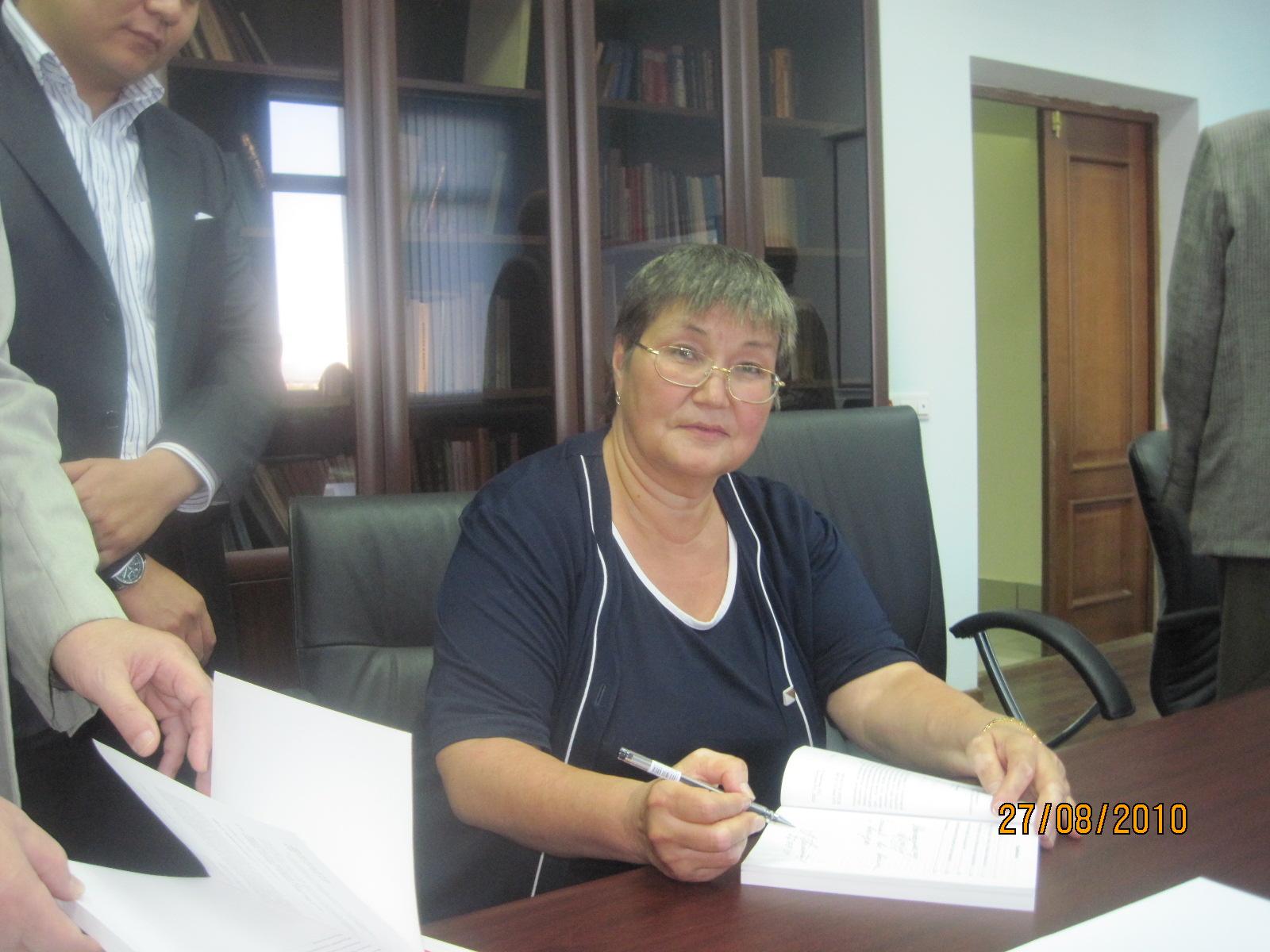 Akhmetova_Laila_2010_08_27_Stalin_KZ_leaders_26_Akhmetova_Laila_knigu_podpisyvaet