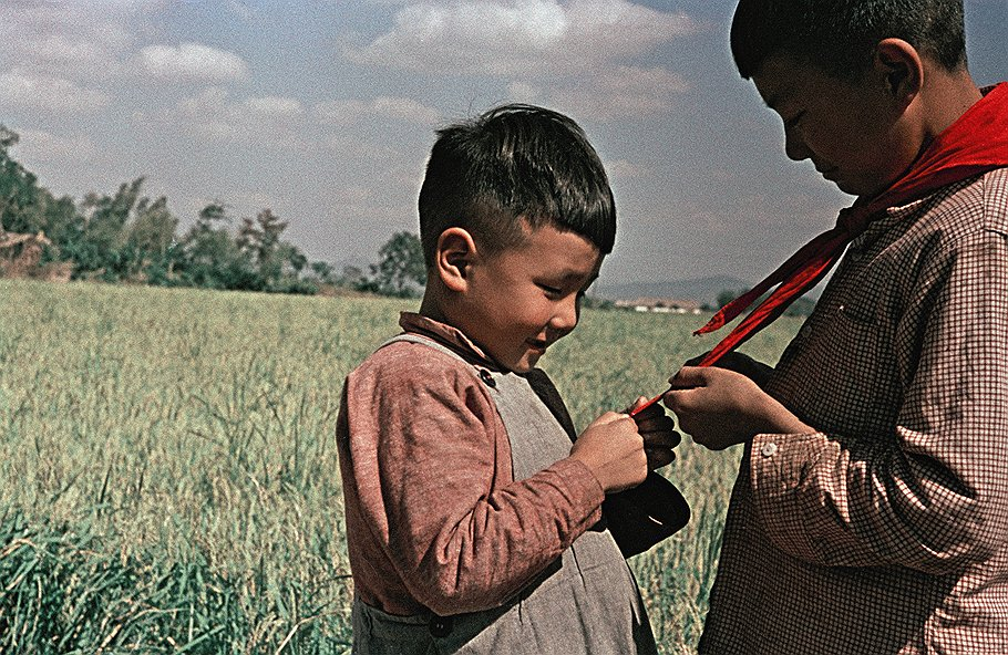 1956_children_red_pioneer_tie_ph_Genrich_Borovik