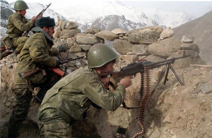 army_RF_frontier_guard_1999_Pamir_zastava_okop_journalist_n_2_soldiers_sm